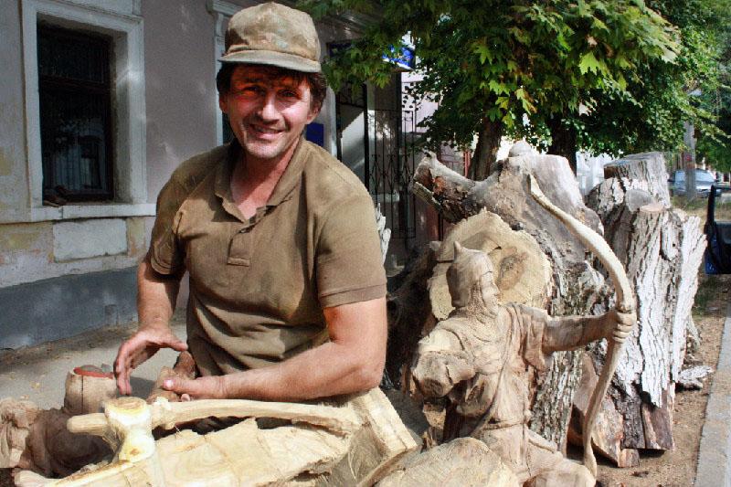 Artista autodidata transforma árvores mortas em bela obras urbanas 21