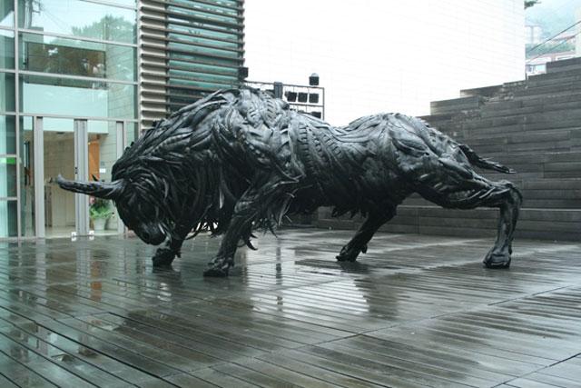 Esculturas surpreendentes de animais feitas com pneus velhos 18