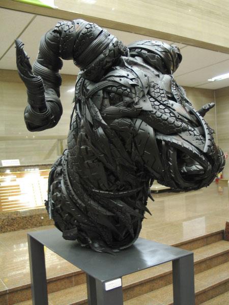 Esculturas surpreendentes de animais feitas com pneus velhos 19
