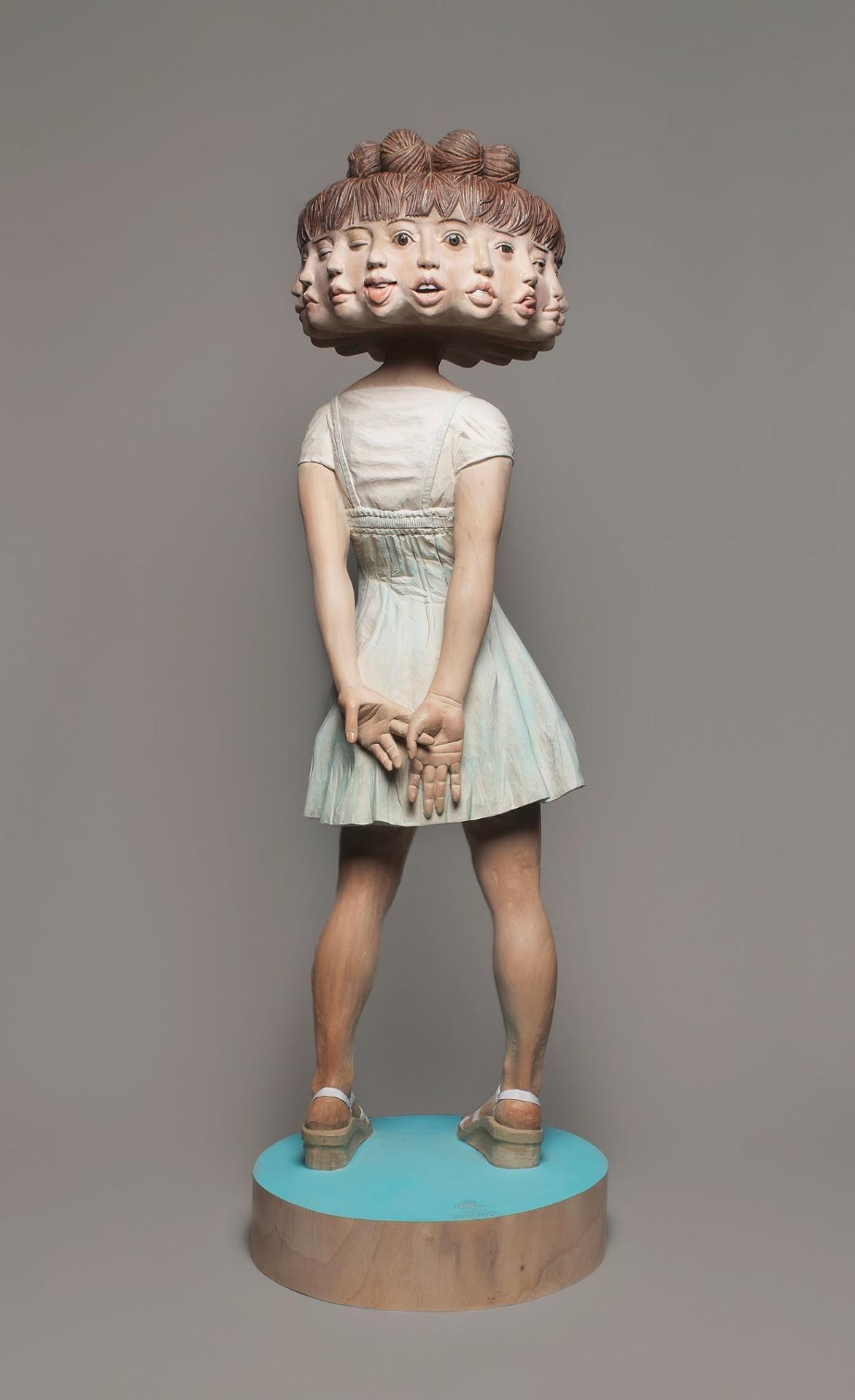 Este escultor japonês mostra como transforma a madeira em estátuas surreais 12