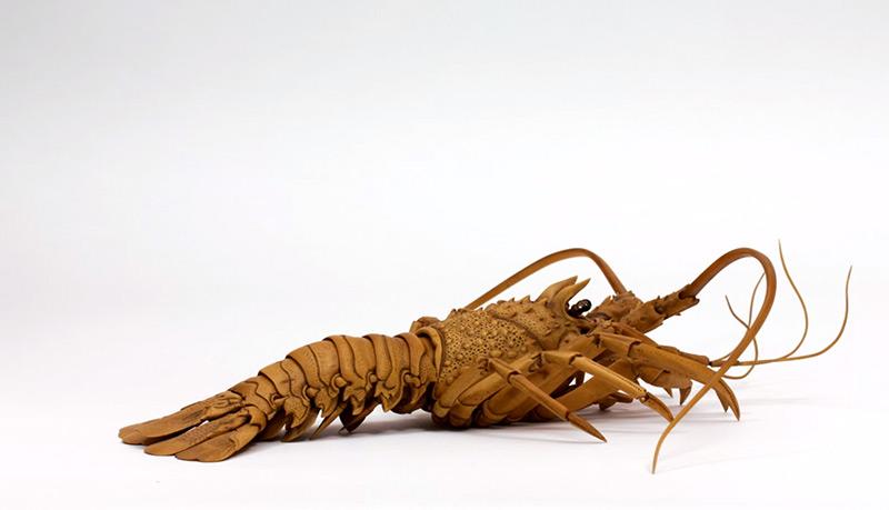 Artista japonês esculpe lagosta de aparência realista com buxinho 03