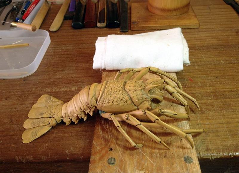 Artista japonês esculpe lagosta de aparência realista com buxinho 05