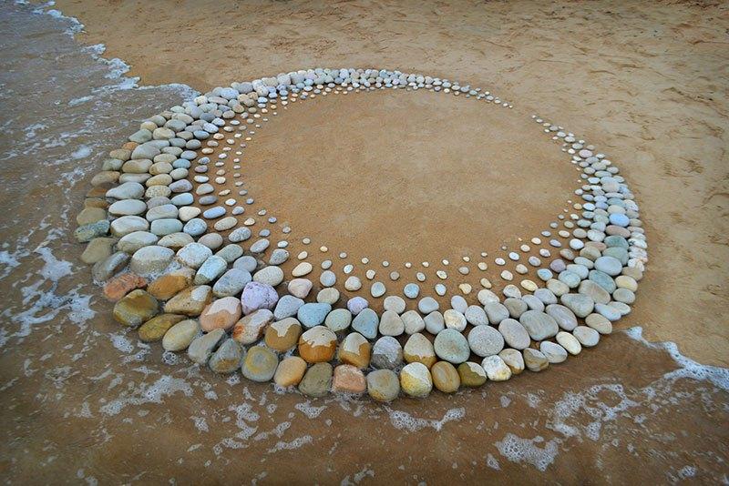 Combinando as pedras da praia para criar belas figuras e mandalas de rochas 02