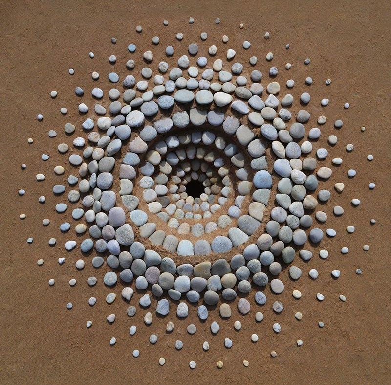 Combinando as pedras da praia para criar belas figuras e mandalas de rochas 03