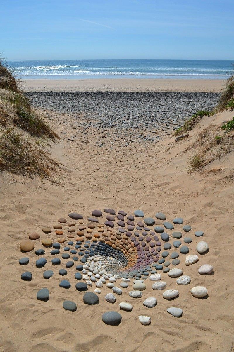 Combinando as pedras da praia para criar belas figuras e mandalas de rochas 04