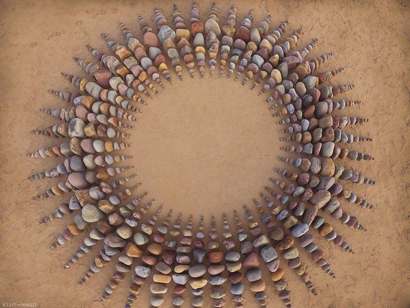 Combinando as pedras da praia para criar belas figuras e mandalas de rochas 09