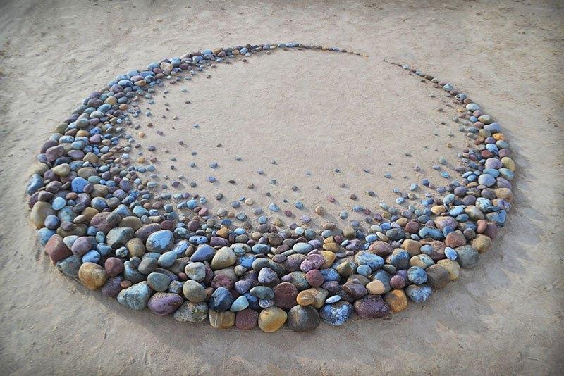 Combinando as pedras da praia para criar belas figuras e mandalas de rochas 15