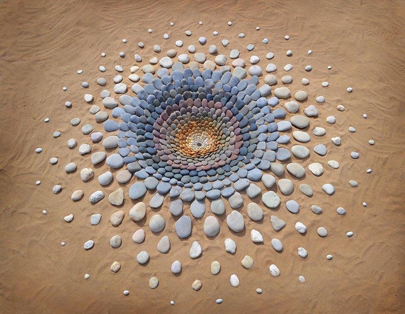 Combinando as pedras da praia para criar belas figuras e mandalas de rochas 16