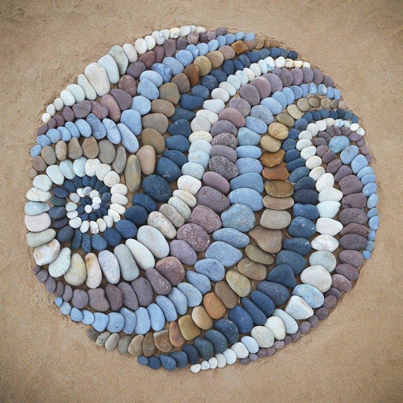 Combinando as pedras da praia para criar belas figuras e mandalas de rochas 17