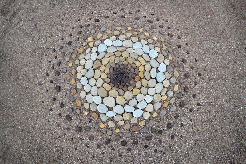 Combinando as pedras da praia para criar belas figuras e mandalas de rochas 18