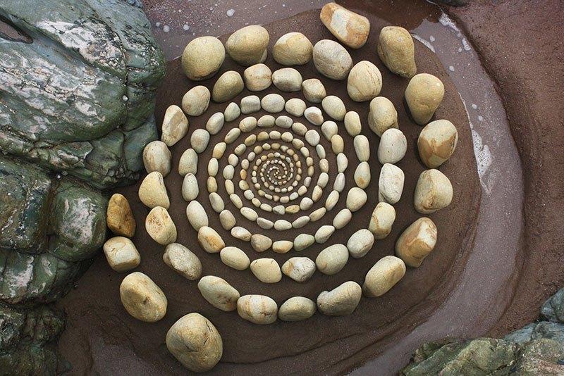 Combinando as pedras da praia para criar belas figuras e mandalas de rochas 19