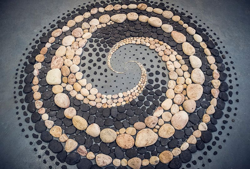 Combinando as pedras da praia para criar belas figuras e mandalas de rochas 20