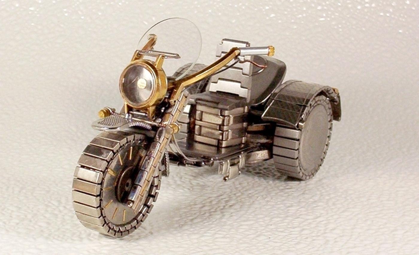 As belas miniaturas de motocicletas feitas com peças de relógios 13