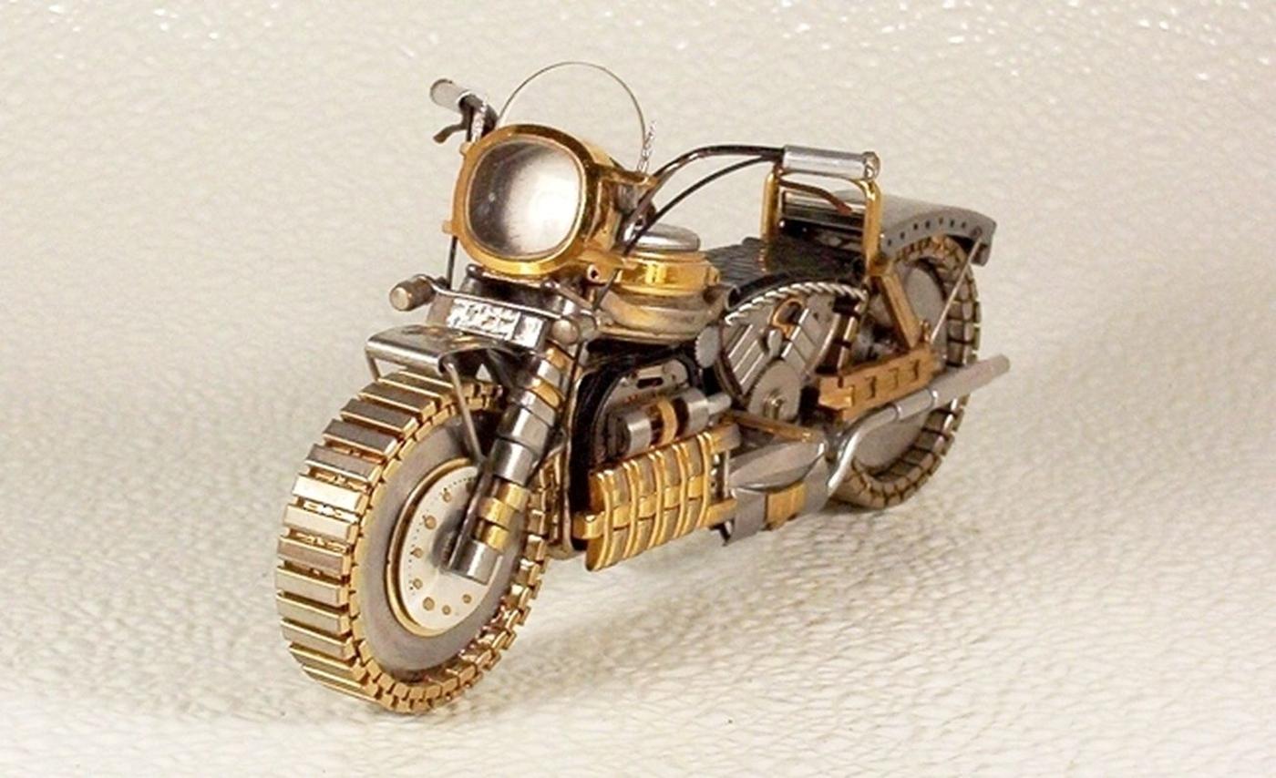 As belas miniaturas de motocicletas feitas com peças de relógios 14