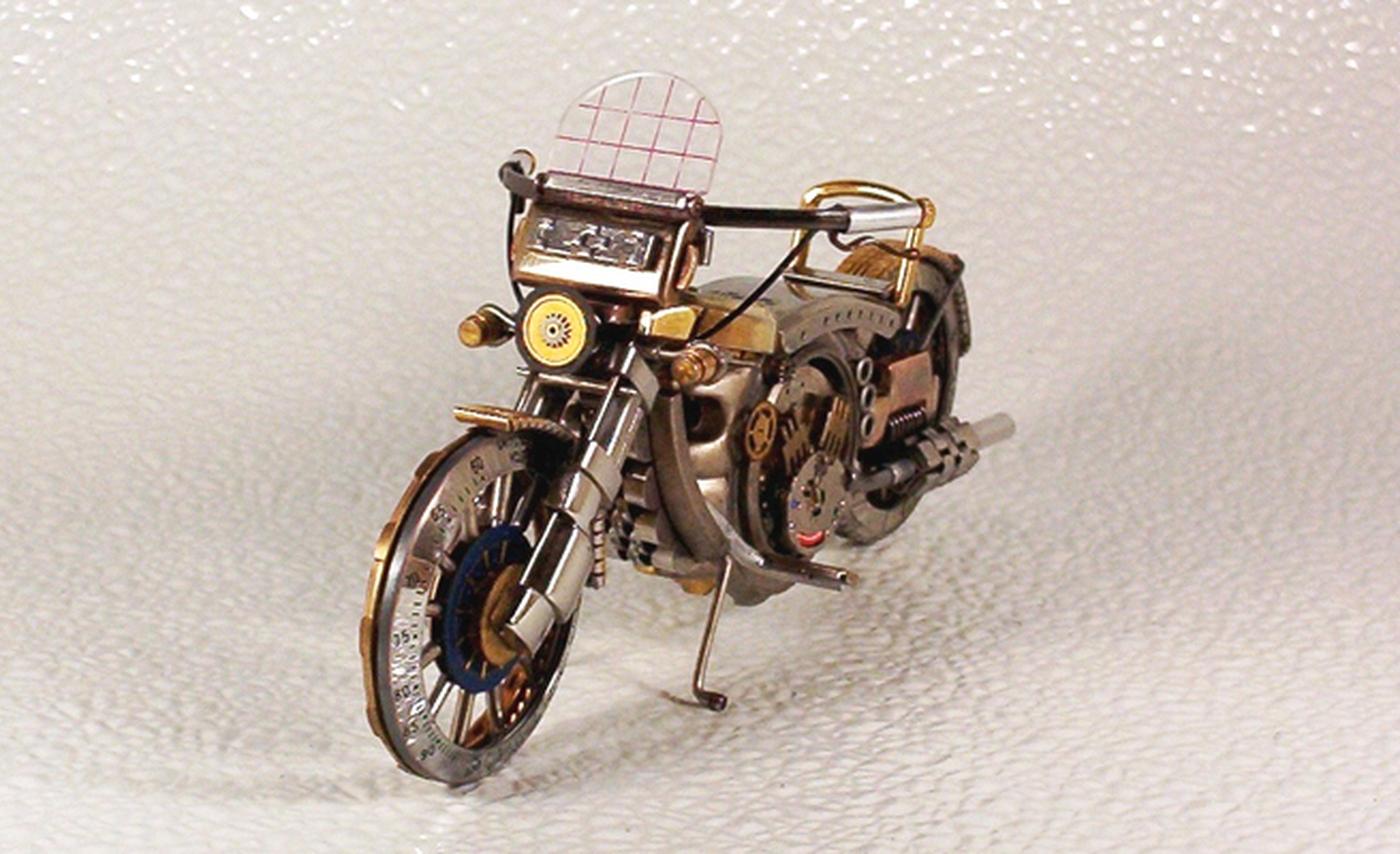 As belas miniaturas de motocicletas feitas com peças de relógios 15