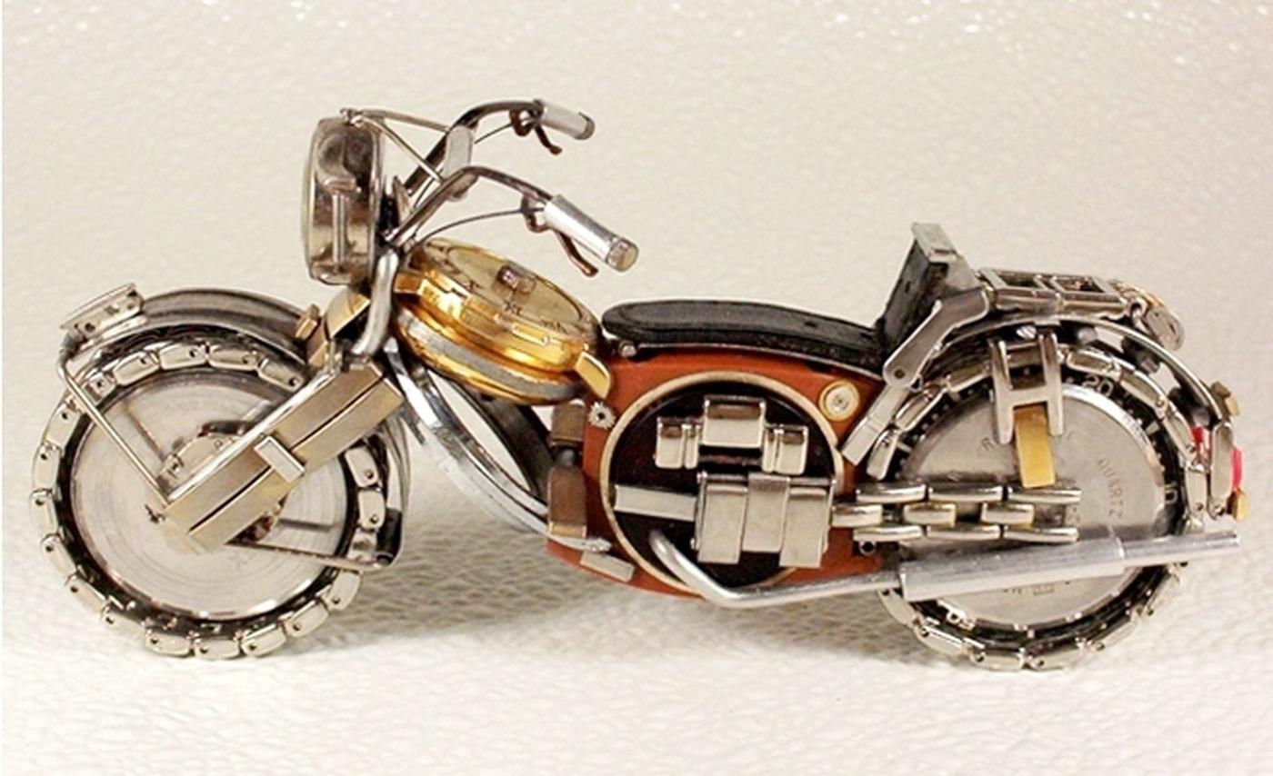 As belas miniaturas de motocicletas feitas com peças de relógios 16