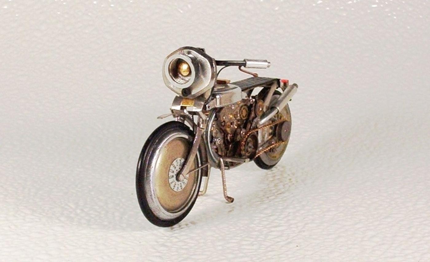 As belas miniaturas de motocicletas feitas com peças de relógios 17