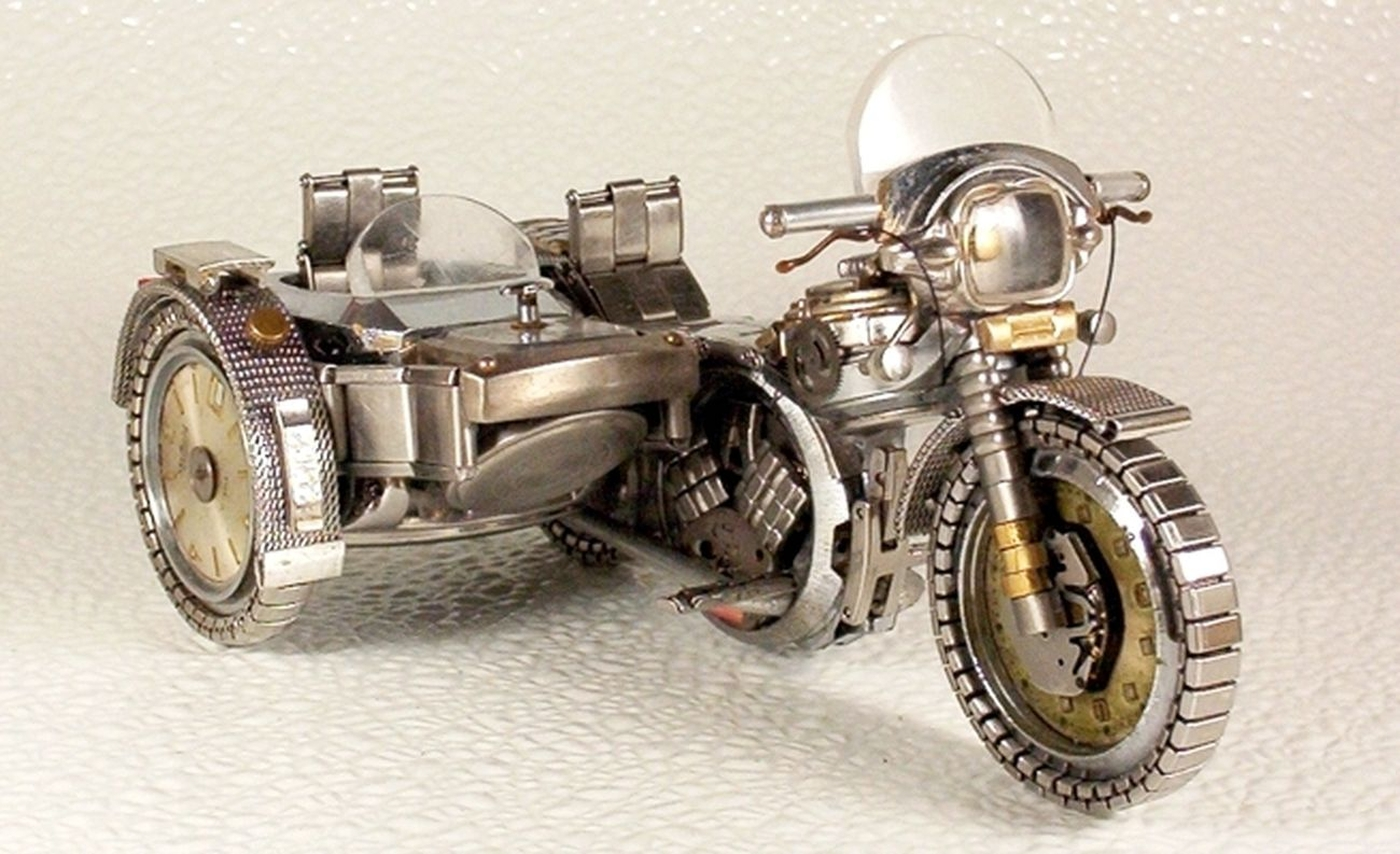 As belas miniaturas de motocicletas feitas com peças de relógios 18