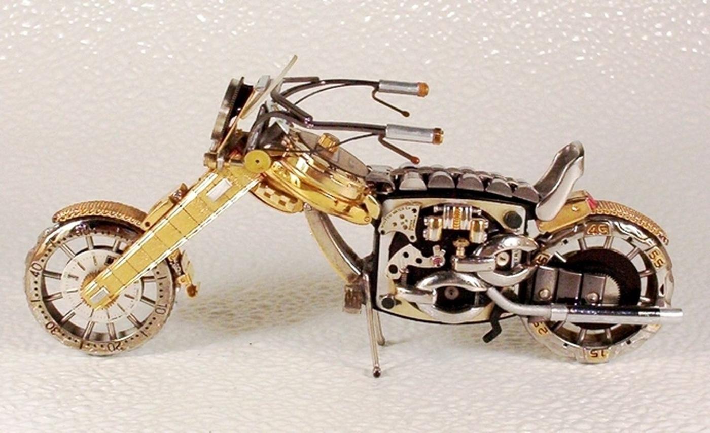 As belas miniaturas de motocicletas feitas com peças de relógios 19