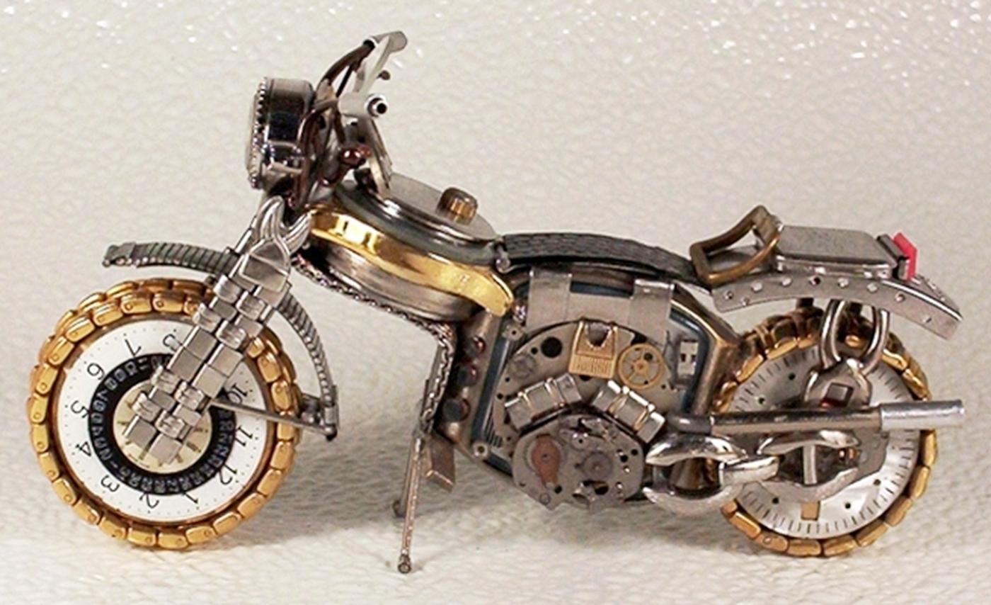 As belas miniaturas de motocicletas feitas com peças de relógios 20