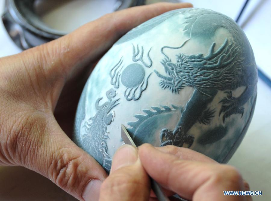 A requintada arte em ovos cinzelados de Pu Derong 02