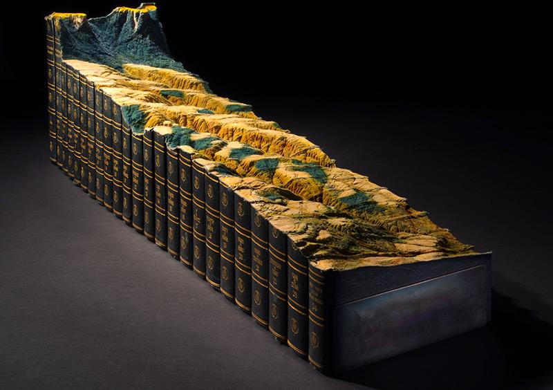 Guy Laramée esculpe uma paisagem montanhosa em uma Enciclopédia Britânica 01