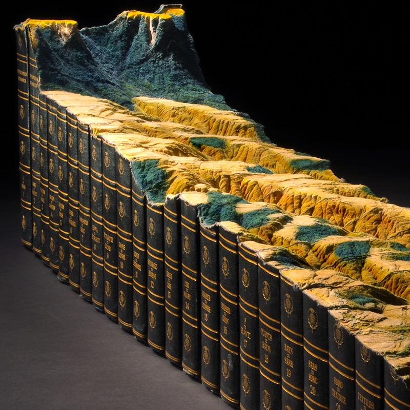 Guy Laramée esculpe uma paisagem montanhosa em uma Enciclopédia Britânica 02