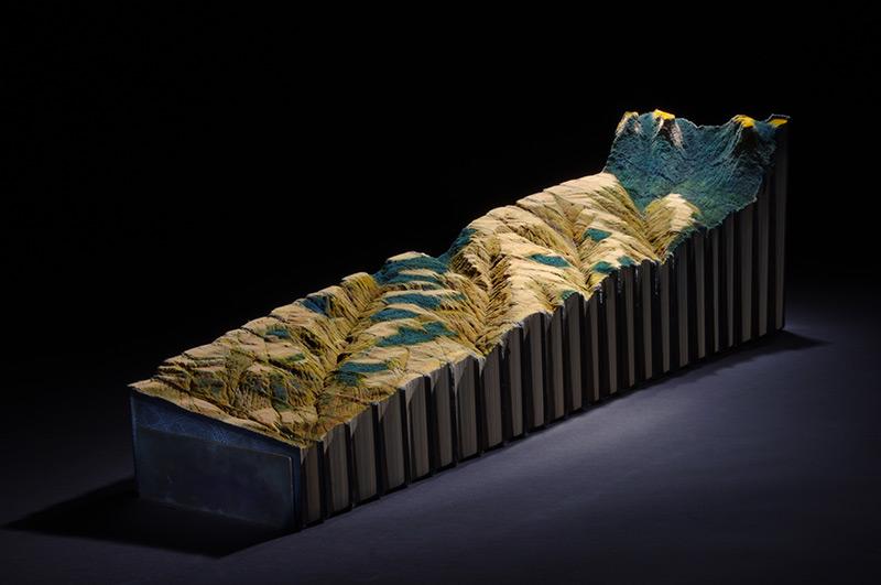 Guy Laramée esculpe uma paisagem montanhosa em uma Enciclopédia Britânica 03