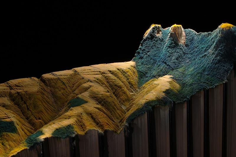 Guy Laramée esculpe uma paisagem montanhosa em uma Enciclopédia Britânica 04