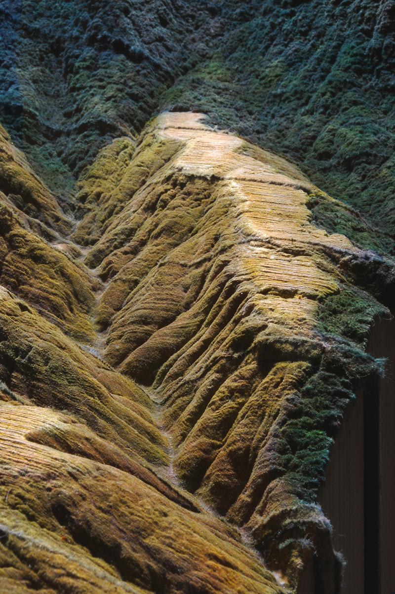 Guy Laramée esculpe uma paisagem montanhosa em uma Enciclopédia Britânica 05