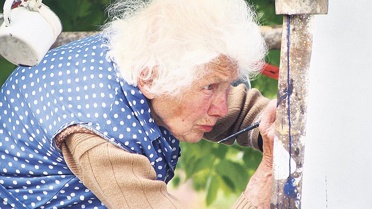 Esta senhora de 87 anos adora fazer pinturas florais mobiliárias e ela é incrivelmente boa no que faz 01