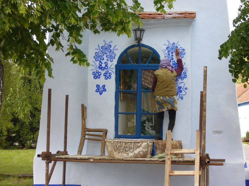 Esta senhora de 87 anos adora fazer pinturas florais mobiliárias e ela é incrivelmente boa no que faz 06