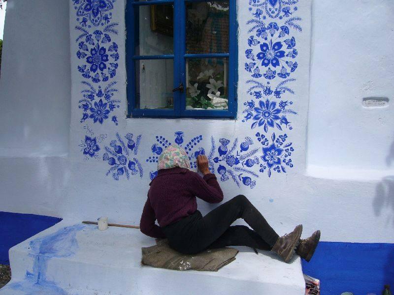Esta senhora de 87 anos adora fazer pinturas florais mobiliárias e ela é incrivelmente boa no que faz 07