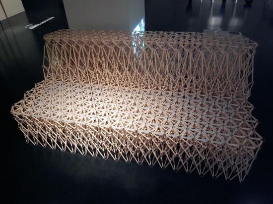 Um sofá feito com hashis 03
