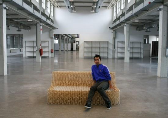 Um sofá feito com hashis 04