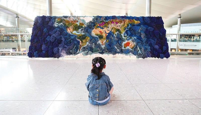 Tapete de 6 metros, feito à mão com lã reciclada, exibindo o mapa-múndi, é fantástico  09