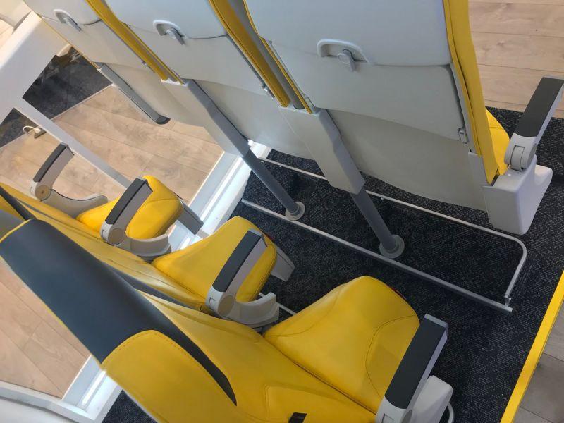 Estes novos assentos de avião têm tão pouco espaço que o passageiro praticamente voará de pé