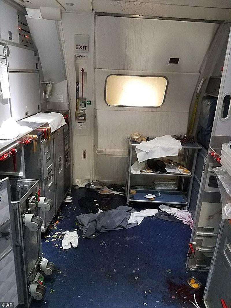 Aeromoça quebra duas garrafas de vinho na cabeça de um passageiro que tentava abrir a porta em pleno vôo
