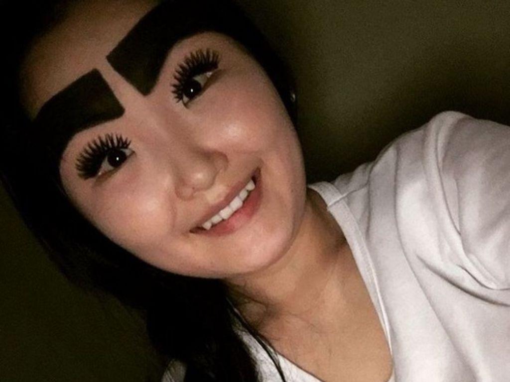 Blogueira de moda russa conquista mídia social com suas enormes sobrancelhas 07