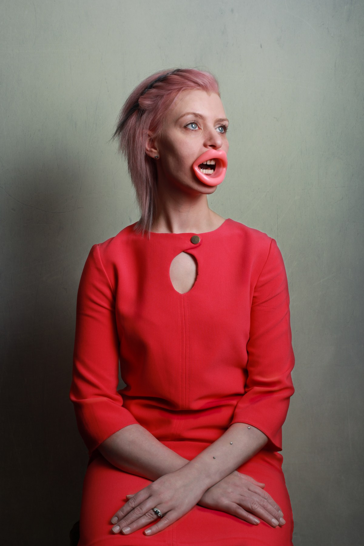 """14 fotos perturbadoras mostram as coisas bizarras que uma mulher usa para ficar """"linda"""" 02"""