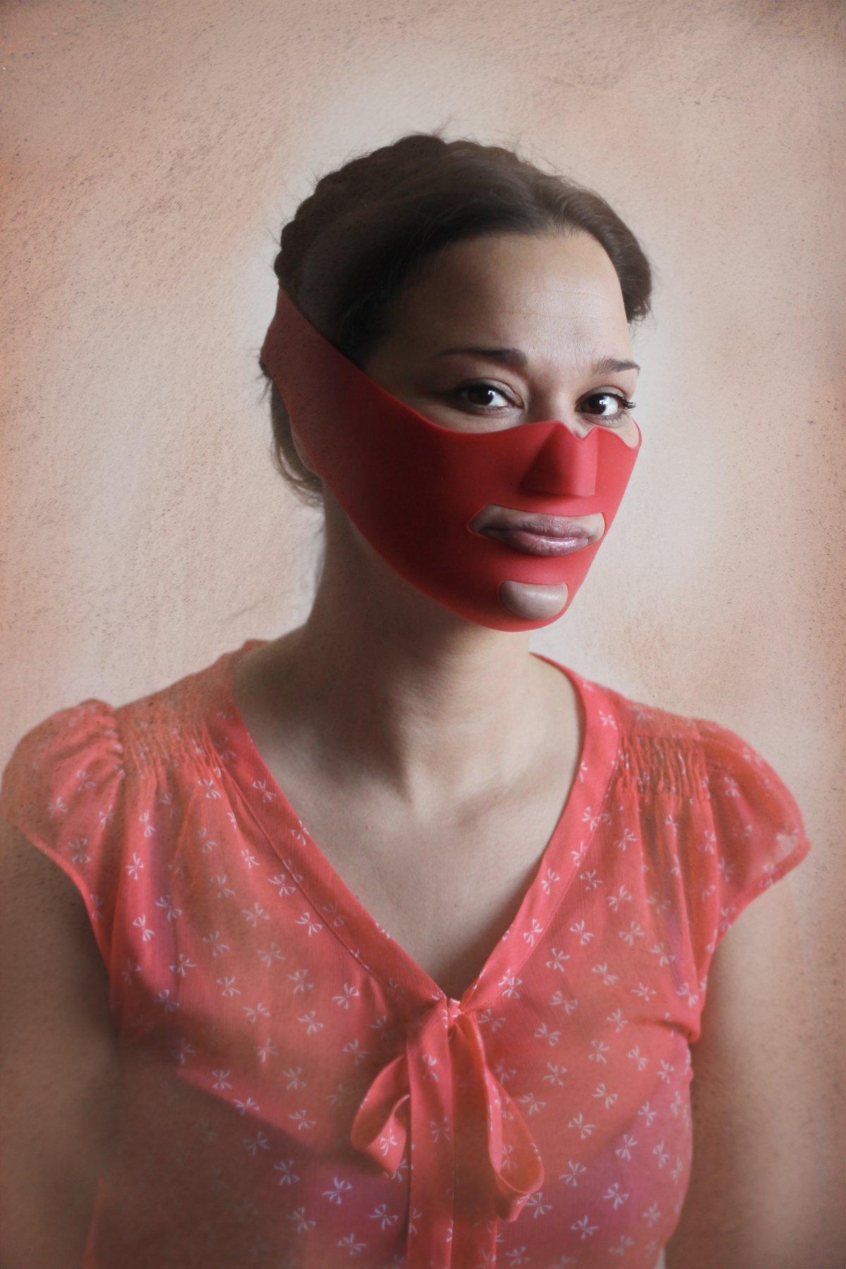 """14 fotos perturbadoras mostram as coisas bizarras que uma mulher usa para ficar """"linda"""" 03"""