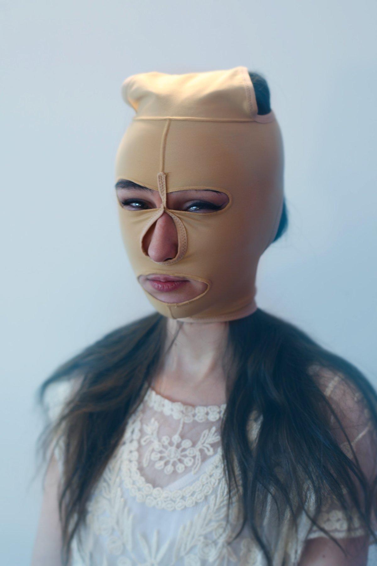 """14 fotos perturbadoras mostram as coisas bizarras que uma mulher usa para ficar """"linda"""" 04"""