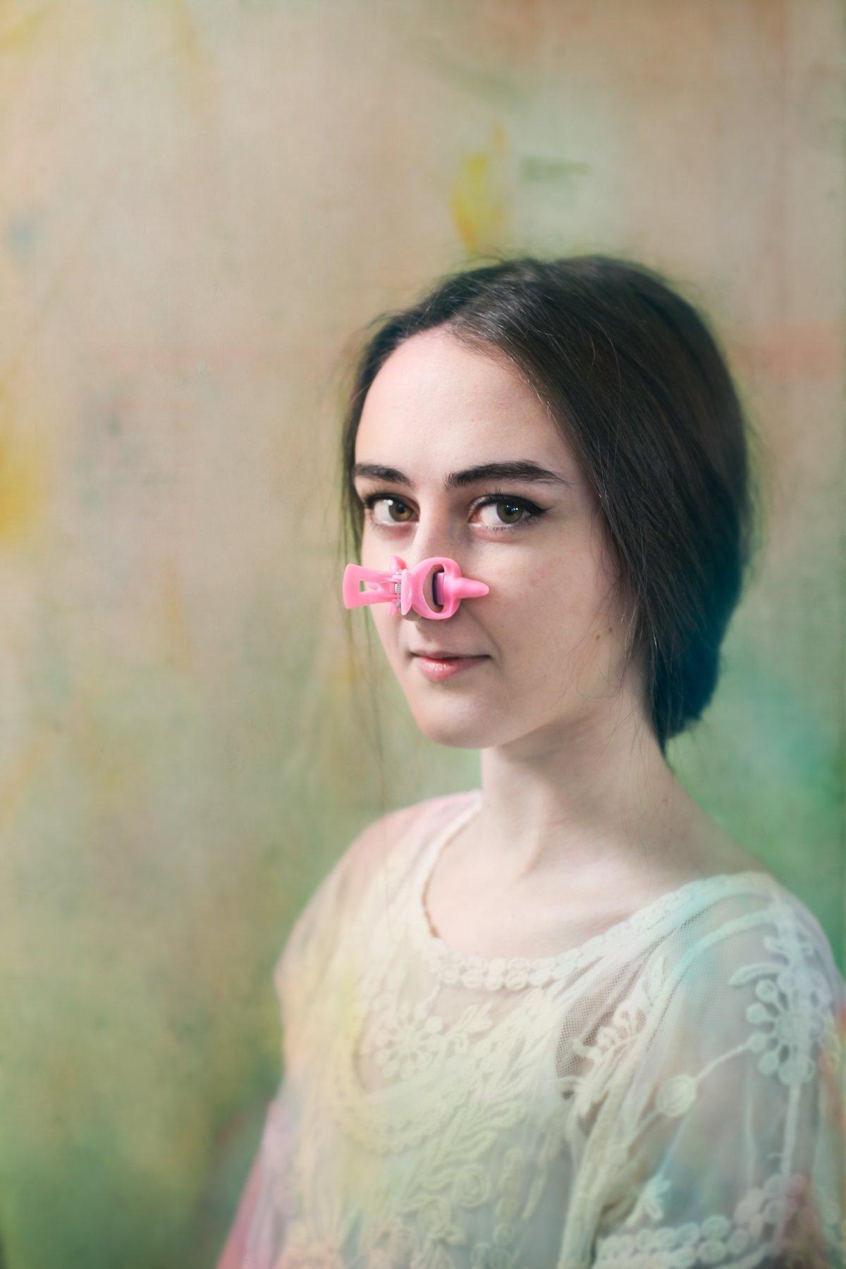 """14 fotos perturbadoras mostram as coisas bizarras que uma mulher usa para ficar """"linda"""" 05"""