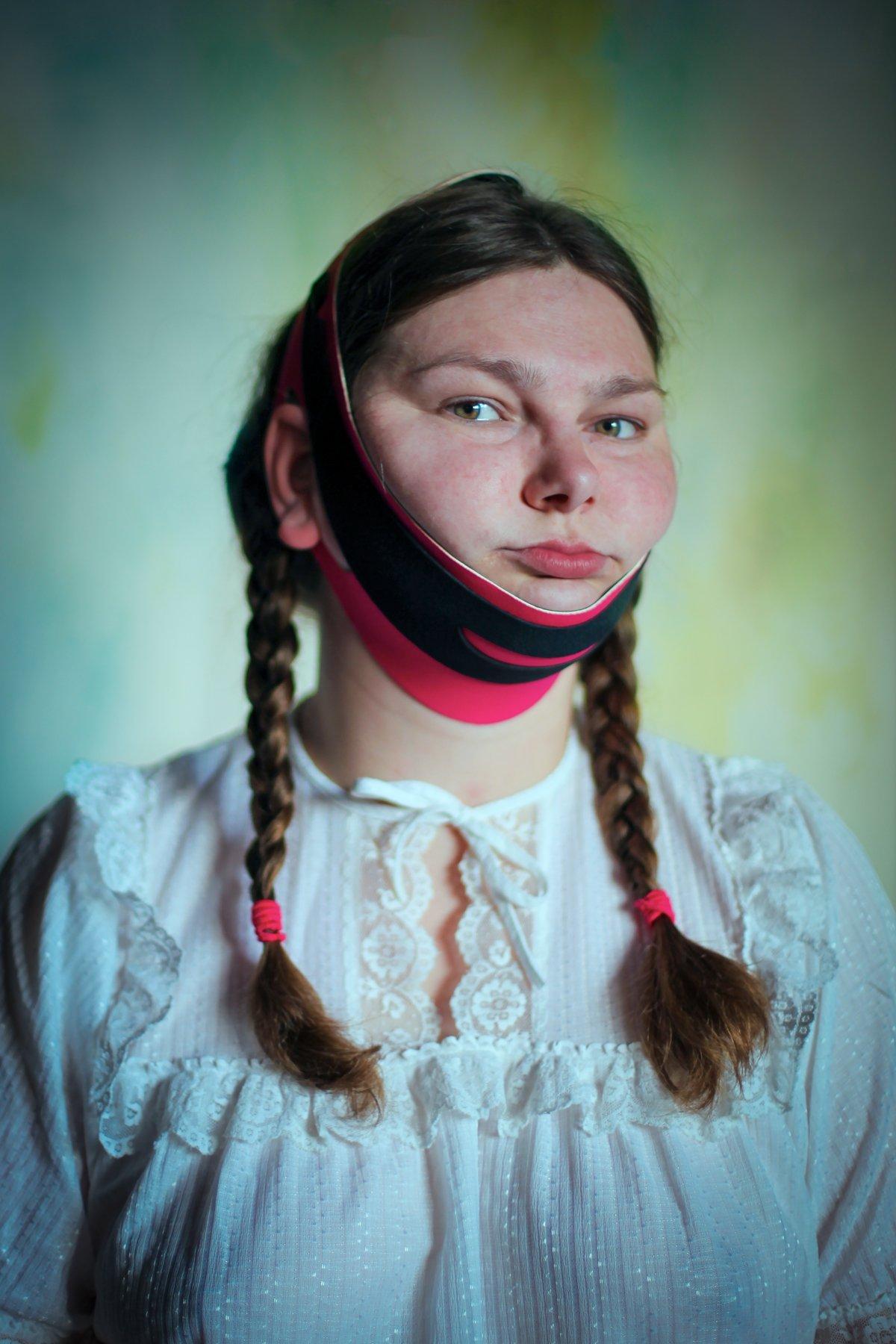 """14 fotos perturbadoras mostram as coisas bizarras que uma mulher usa para ficar """"linda"""" 06"""