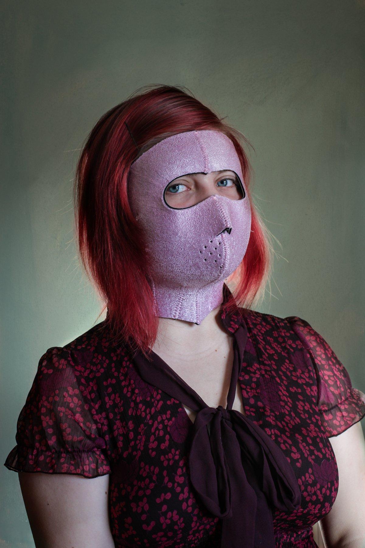 """14 fotos perturbadoras mostram as coisas bizarras que uma mulher usa para ficar """"linda"""" 08"""