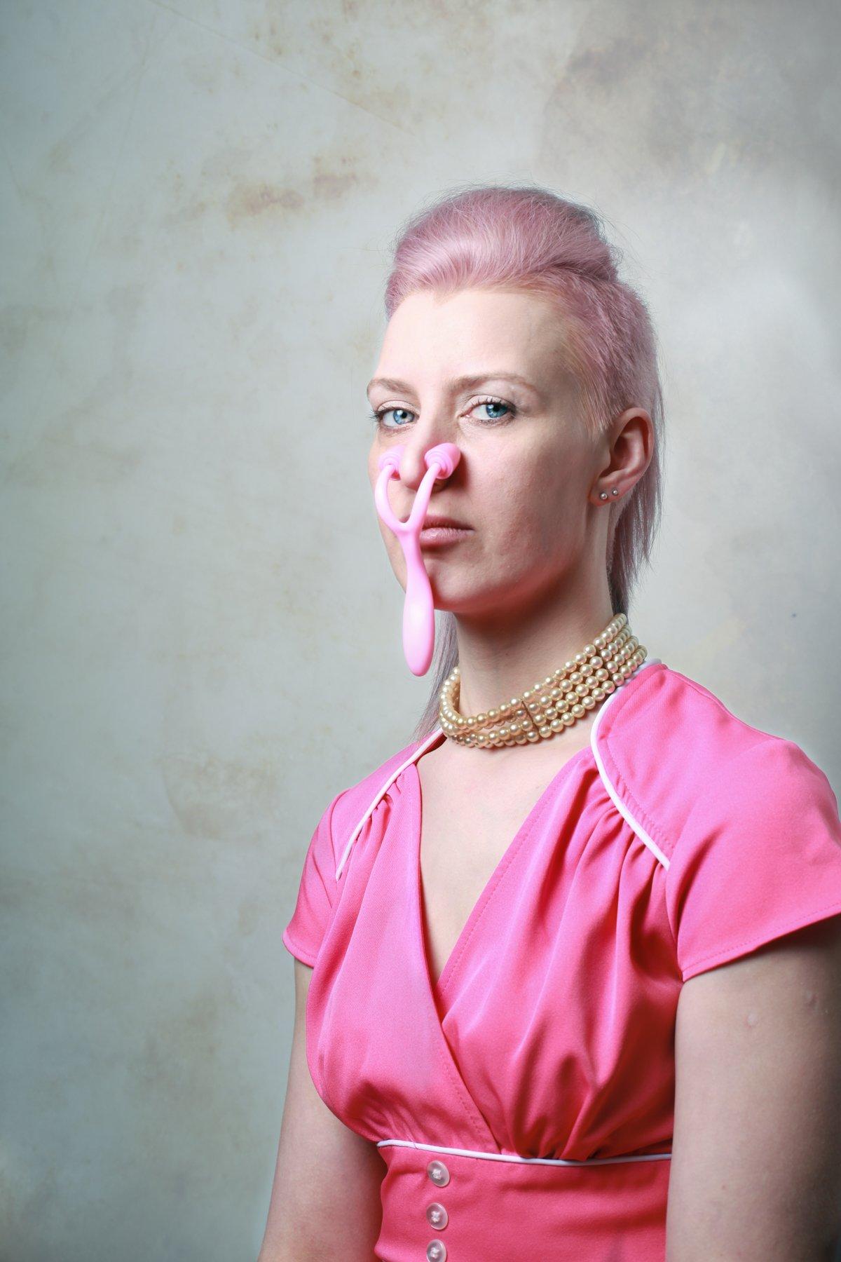"""14 fotos perturbadoras mostram as coisas bizarras que uma mulher usa para ficar """"linda"""" 09"""