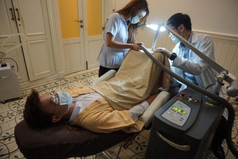 Clínica de Banguecoque recebe dezenas de homens a cada semana para clarear a genitália com laser
