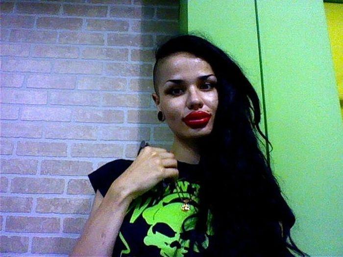 Jessica Rabbit da vida real tem os maiores lábios do mundo 13