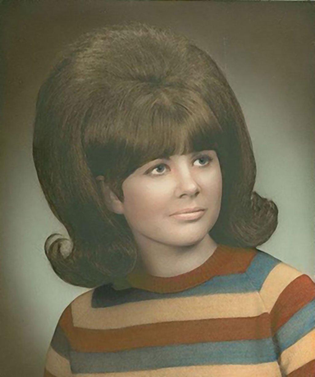 As mulheres pareciam ter mais cabelo do que cabeça nos icônicos penteados dos anos 60 01