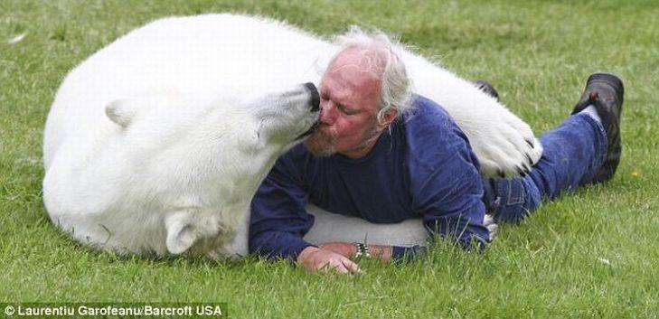 Mark e o urso polar Agee, uma amizade invejável 03